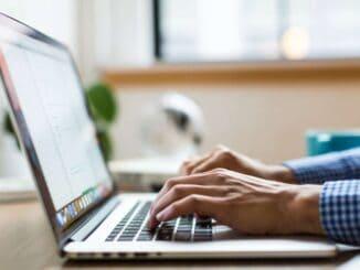 Person bruger computer til køb